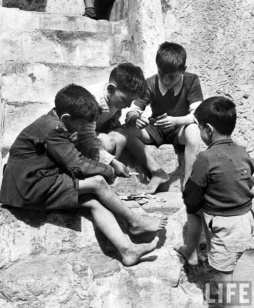 Ninos De La Calle Jugando A Las Cartas En Cetara Italia En 1947