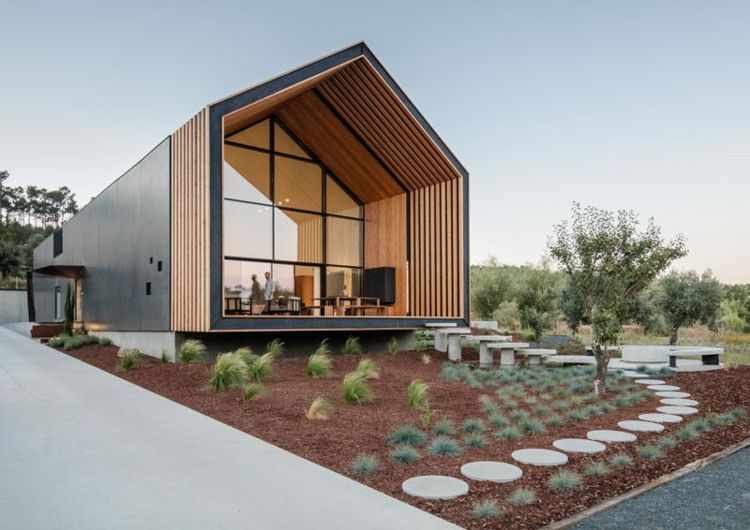 Modernes Familienhaus mit monolitischem Design und schöner Veranda ...