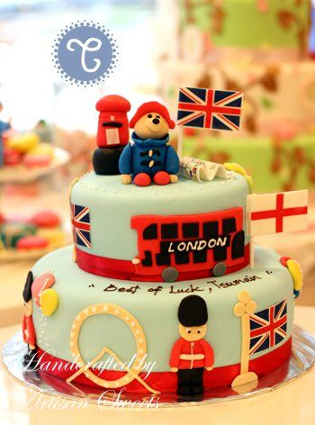 paddington bear love...omg!!!!! This is going to be my next cake for the fair next year...well better then this...but this is really cute!