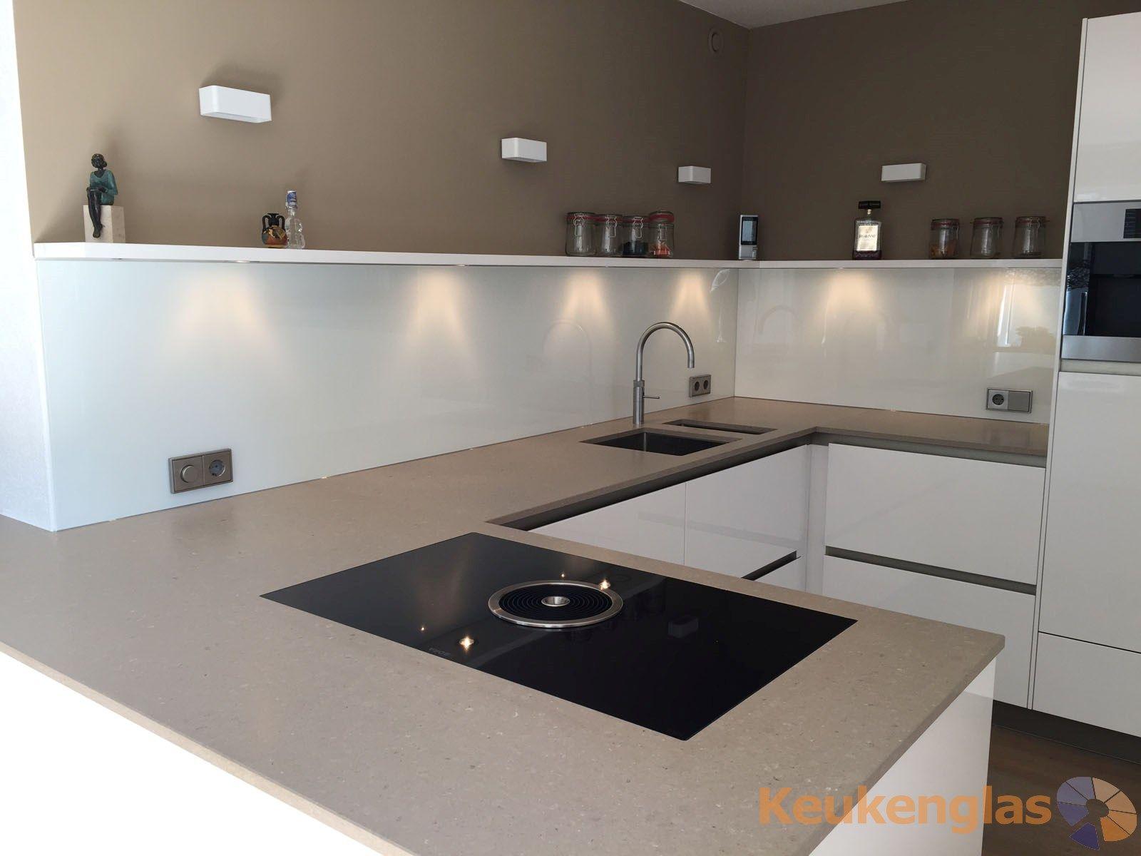 Witte glazen keukenwand in molenschot interiors and