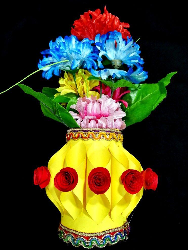 Make Flower Pot With Plastic Bottle Plastic Bottle Flower Vase And Guldasta Banana Home Di Plastic Bottle Flowers Flower Pots Diy Crafts