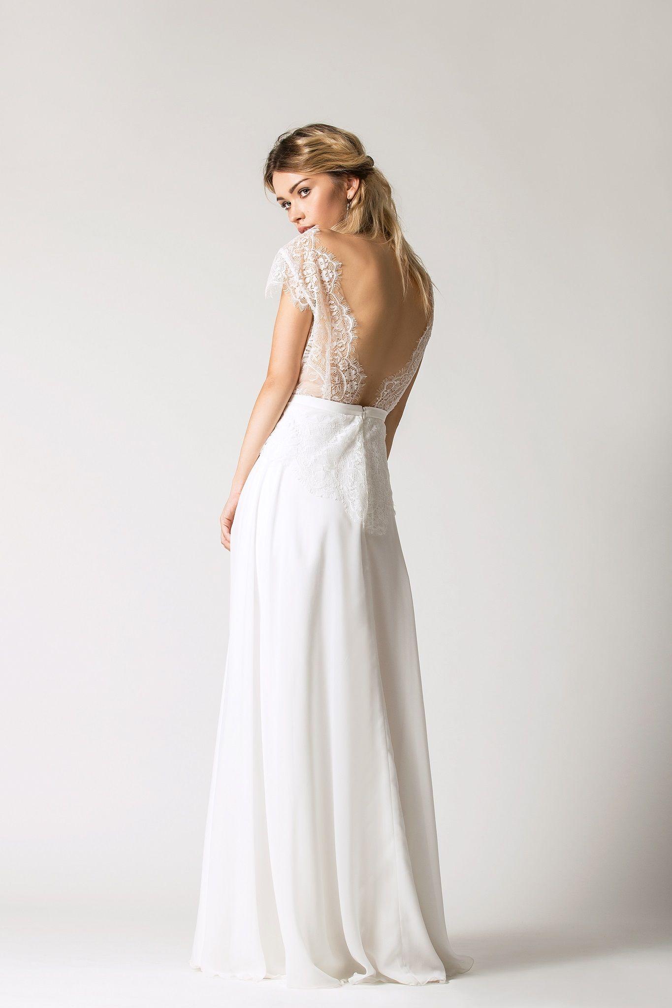 45502f905f Skromna suknia ślubna z delikatnym dekoltem. Pasek podkreślający talię oraz  aplikacje w nachodzące na spódnicę. Suknia ma mocno wycięte plecy  ) Model   ...