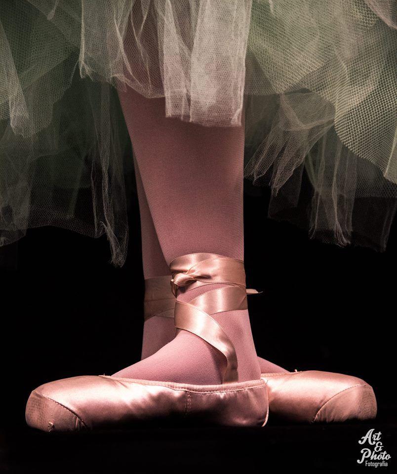 """""""A BAILARINA Caminha na ponta dos pés a bailarina, como se o circo fosse feito de neblina: Vai bailar a bailarina, vai voar a bailarina e é tão fina, tão fina... vira vento a bailarina, vira nuvem, vira ilha, e num último salto ilumina o palco, transformando o silêncio em maravilha."""" (Roseana Murray)"""