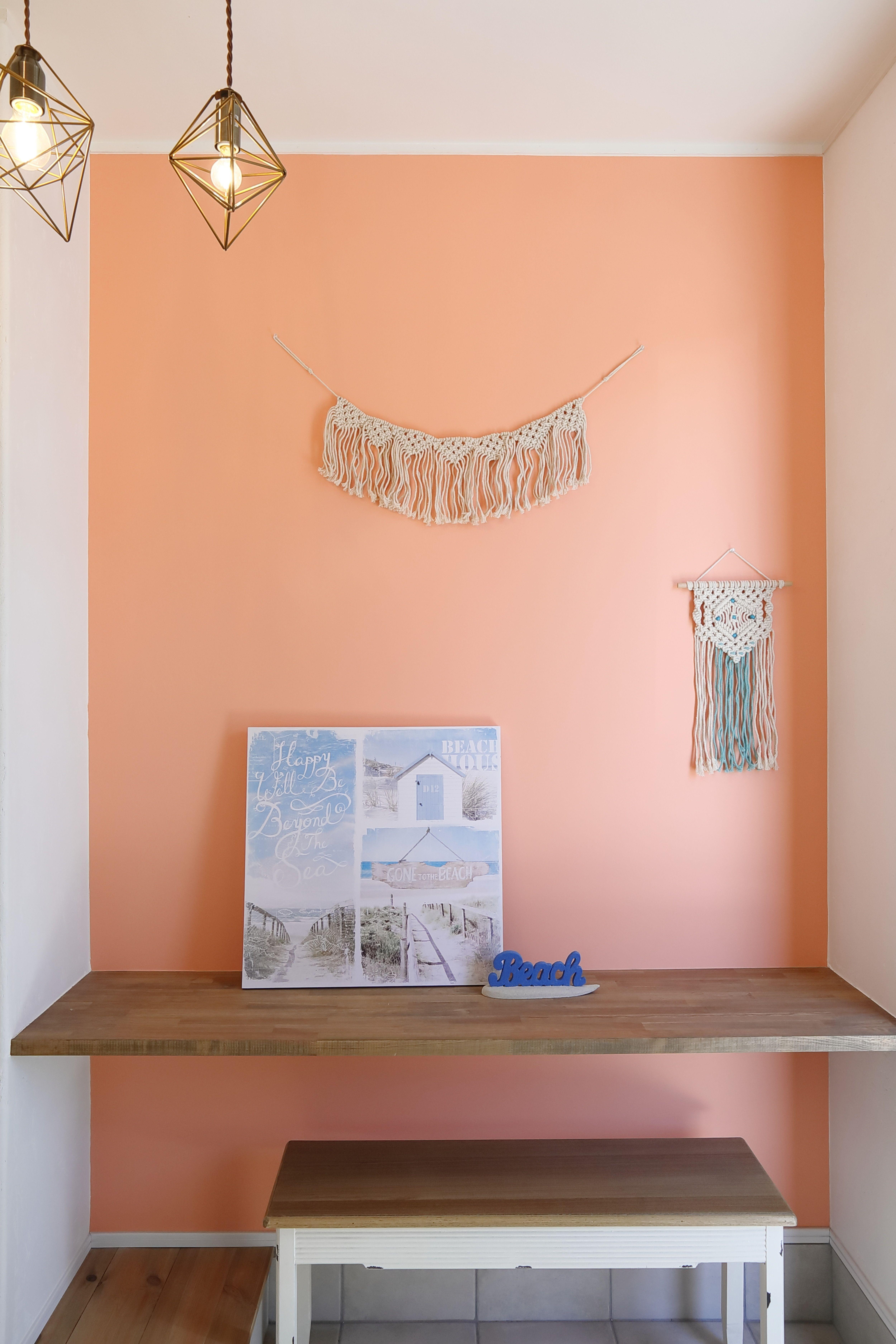 サーモスピンクのアクセントクロス ハワイ がテーマのお家にピッタリ サーフ インテリア インテリア 収納 ナチュラルデザイン