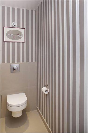 ggr deco wc avec un papier peint a rayures taupe et blanche