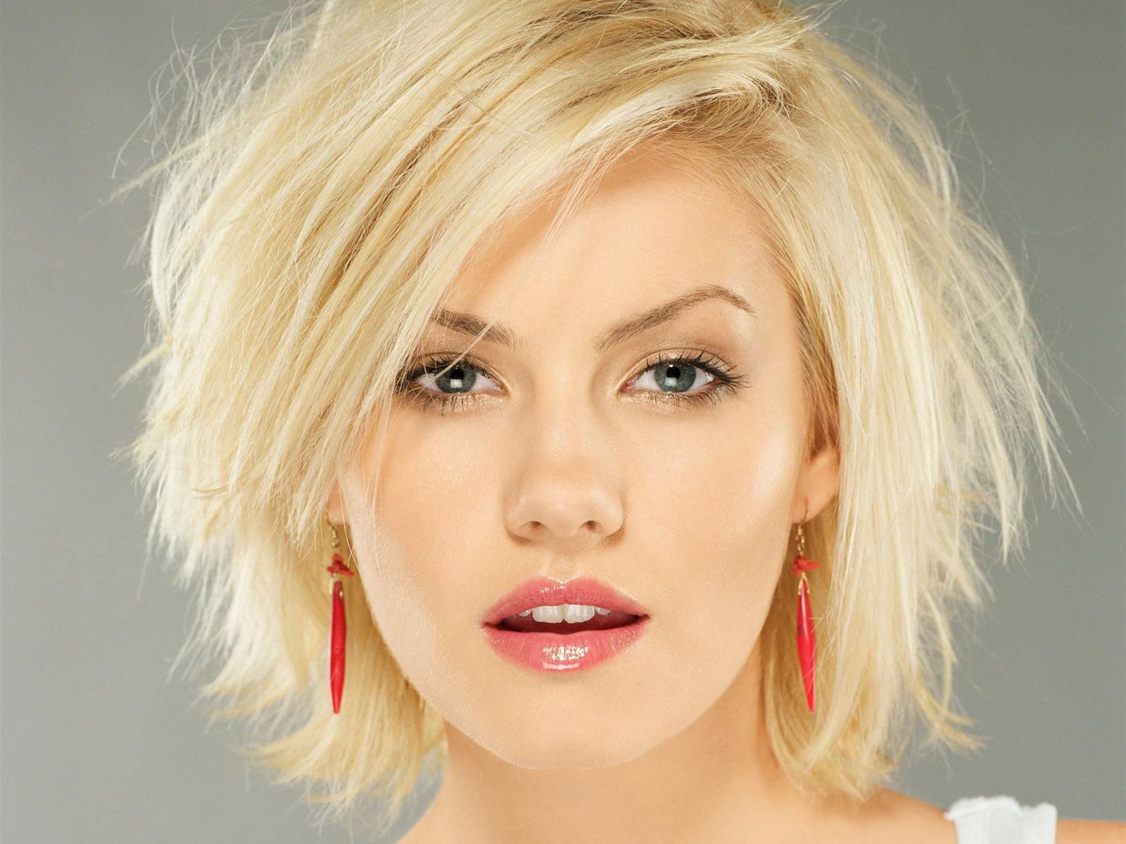 Female Celebrity With Blonde Hair And Blue Eyes Thick Hair Styles Hair Styles Shaggy Short Hair