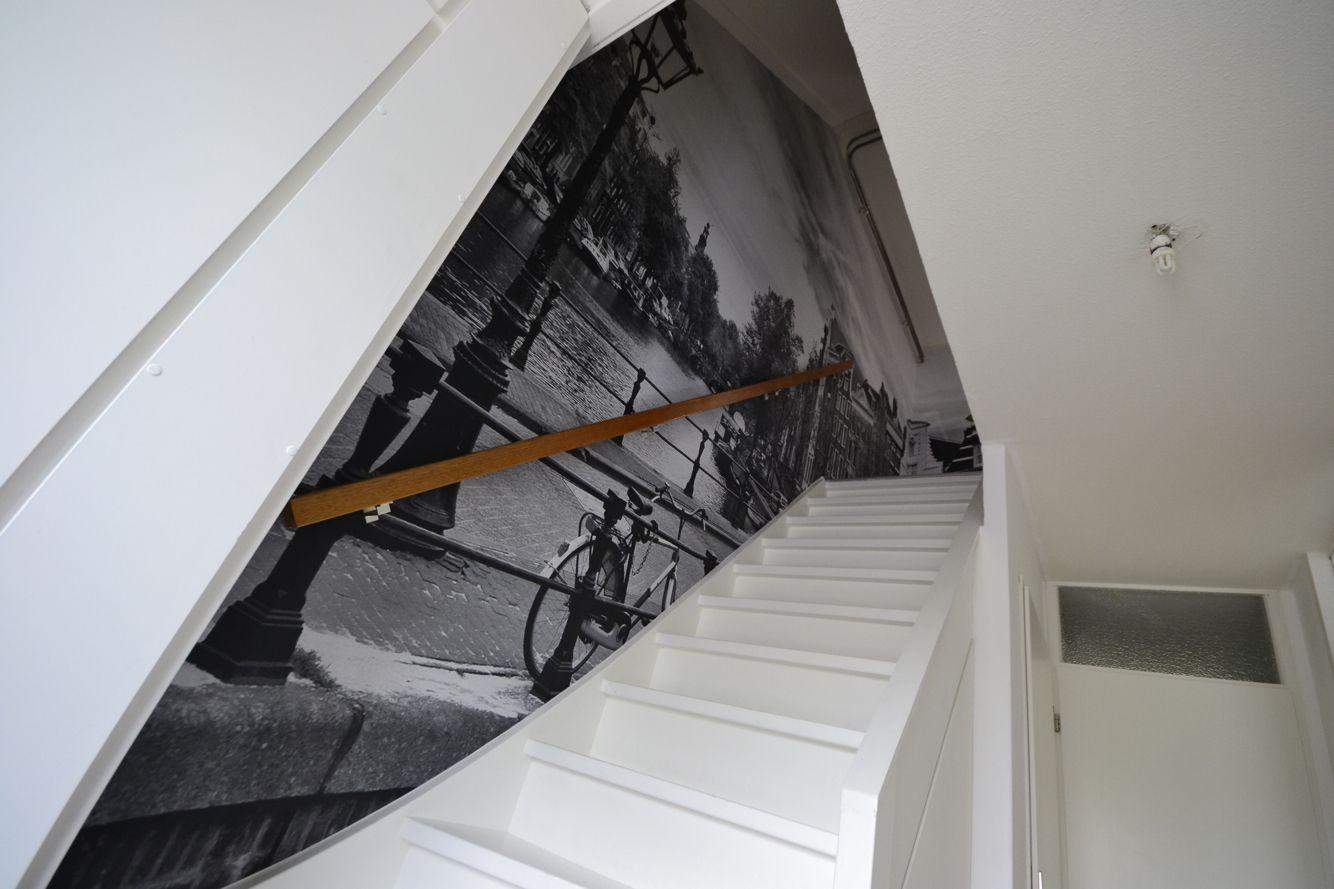 Artidecco behang met fotoprint in trappenhuis design amsterdam