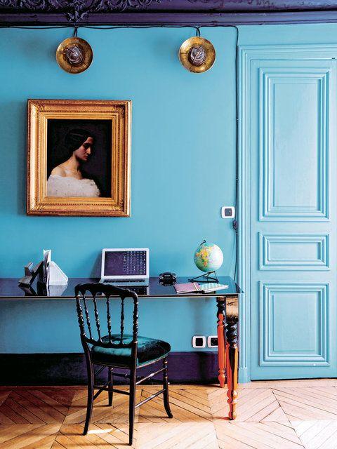 juin 2013 blog decoration maison new york style interior 【ELLE DECOR】ブルーの壁に効かせた、ゴールドと黒の家具|エル・オンライン