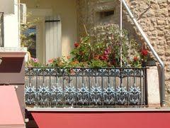 Bewerkt balkon in Nyons, Drôme, Frankrijk  (Trudi)