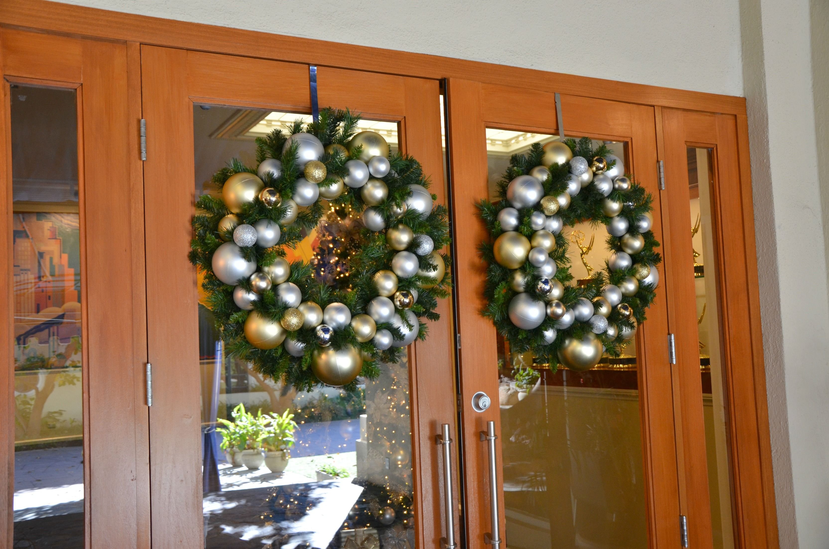 Gold And Silver Decorated Christmas Wreath Rental Commercial Christmas Decorator Christ Christmas Decorations Wreaths Christmas Wreaths Christmas Decorations