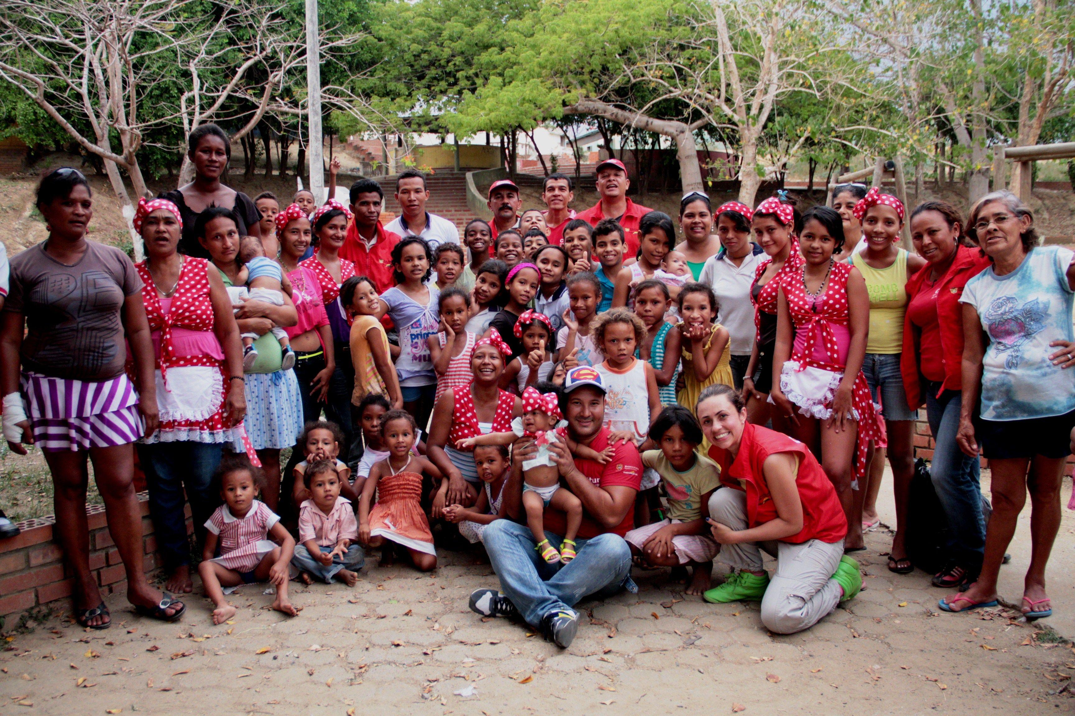 El equipo departamental y nacional con los grupos de danza tradicional