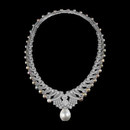 Colar de Alta Joalheria Diadema Royal - platina, uma pérola fina de 166,18grãos, um diamante lapidação almofada de 5,01ct, pérolas finas, diamantes lapidação almofada, diamantes lapidação brilhante. O diadema pode ser usado como colar. A pérola fina é removível e pode ser usada como pingente.