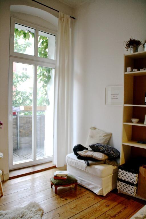 Gemütliches Berliner WGZimmer mit großem Fenster und