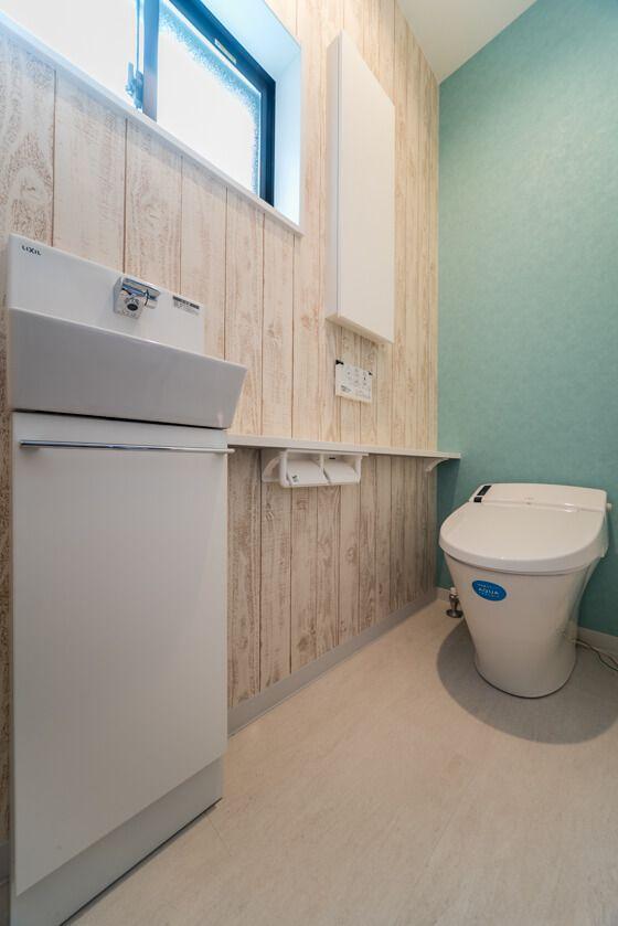 ルーバータイプの玄関収納とカウンターの付いたオシャレな洗面室 トイレ おしゃれ トイレ インテリア トイレ 壁紙 おしゃれ