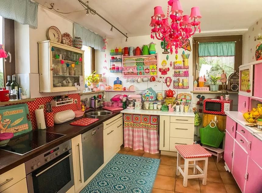 Add Colors To Your Life With This Most Interesting Retro Style Renovation Idea This Fabulous Decor Of Kitchen Inspiration Design Retro Kitchen Vintage Kitchen