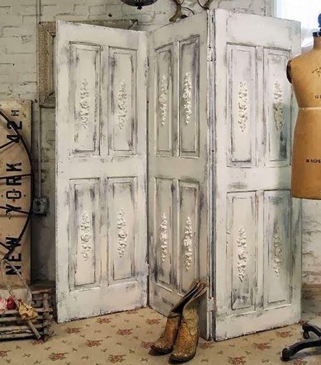 Biombo vintage com acabamento rústico dá charme ao ambiente.