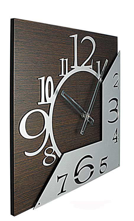 ALTAIR Elegante orologio in legno con particolari in metallo in rilievo. Verniciatura finitura alluminio. Disponibile su www.minutidistile.it