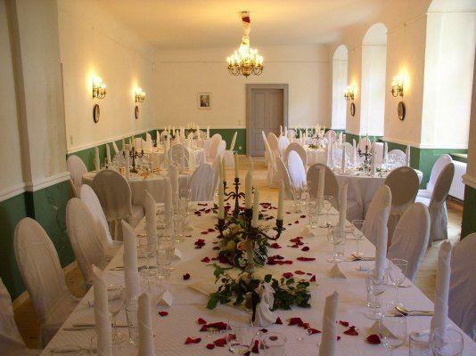 """Der """"Große Saal"""" ist der größte Raum im Schloss Neuhausen. Üblicherweise für festliche Diners genutzt lässt sich der Raum auch für Empfänge, Vorführungen (Theater, Konzerte) und Seminare einrichten.  Im Zusammenspiel mit den anderen Räumen des Anwesens können die unterschiedlichsten Veranstaltungen durchgeführt werden. Neben dem """"Großen Saal"""" bietet das Anwesen noch folgende Räume: Schlosskapelle, """"Roter Salon"""", """"Gartensaal"""", Gewölbekeller und einen großzügigen Garten."""