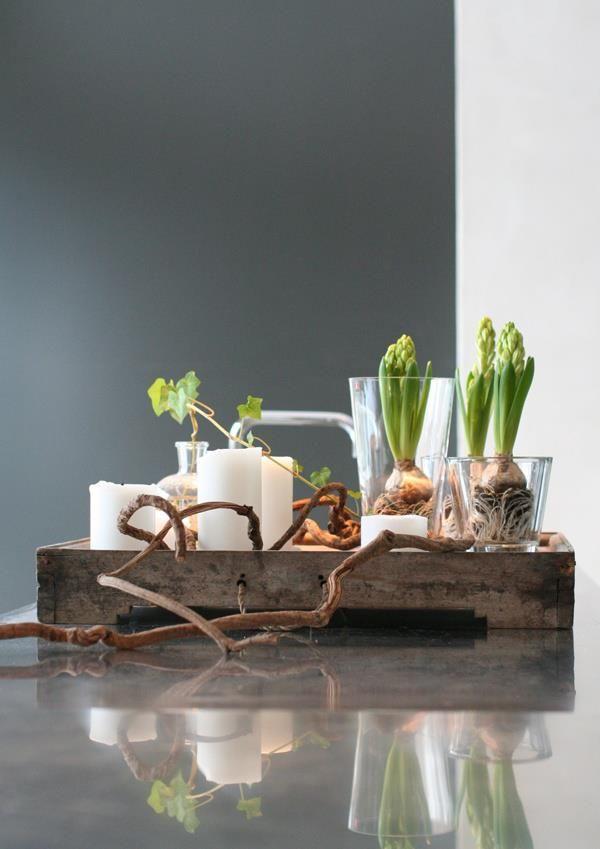 Sfeervol palet op een houten dienblad #kleinevaasjes #kaarsen
