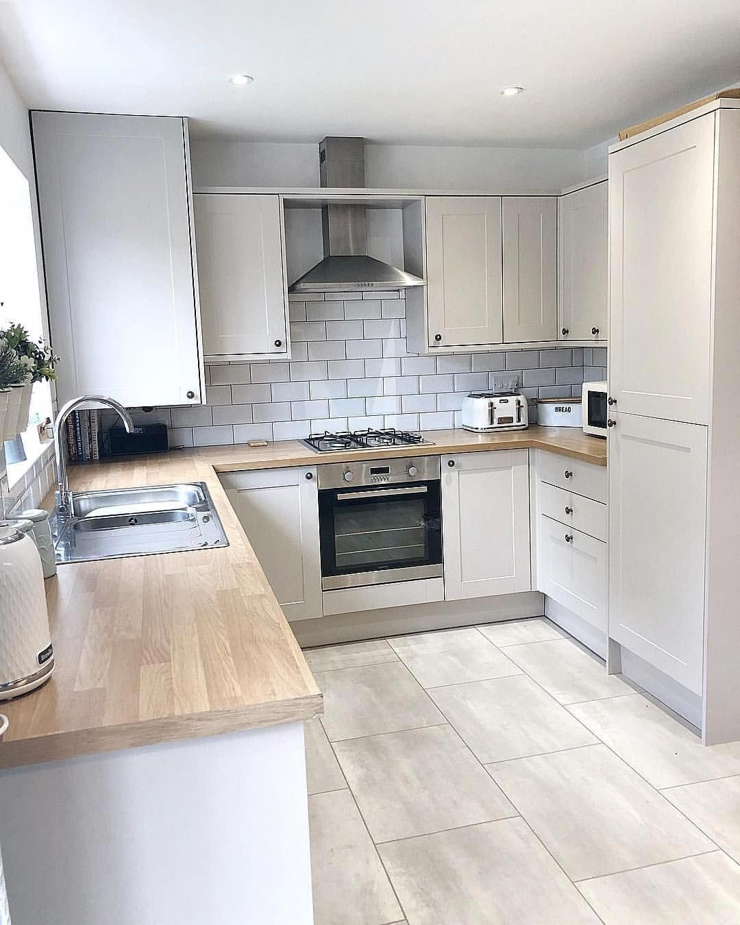 Howdens Burford Kitchen In Cashmere With White Subway Tiles And Karndean Flooring Kitchenstyles Kitchen Design Kitchen Design Small Kitchen Flooring