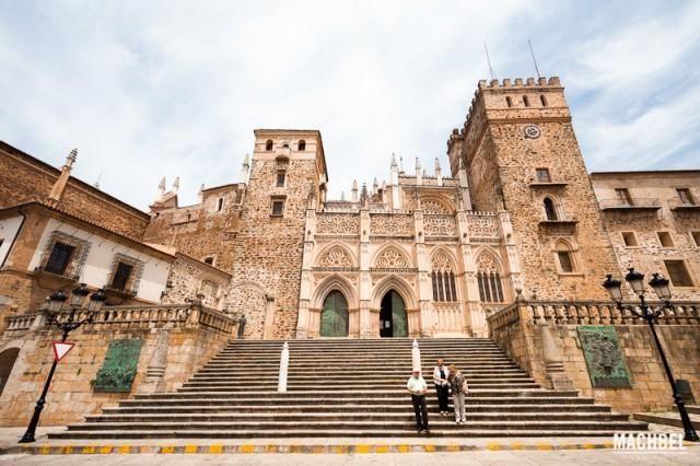 Tres ancianos bajan por las escaleras delante del Real Monasterio de Guadalupe. Guadalupe, Extremadura, España