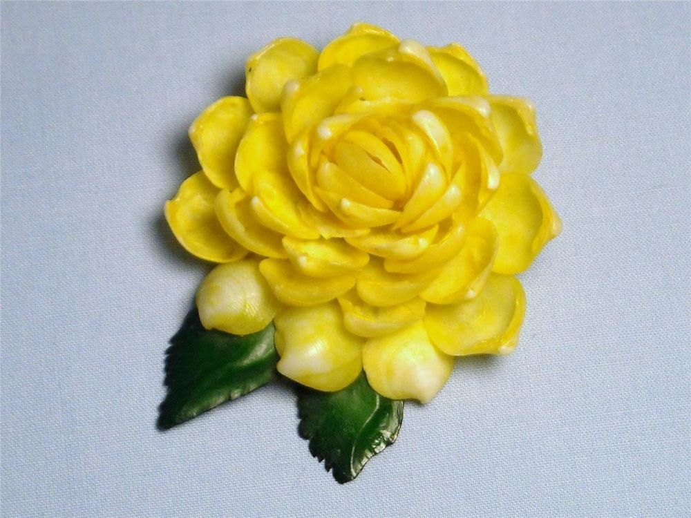 *Vintage 50's Yellow Seashell Flower Pin* ...great condition  ...Lot 14
