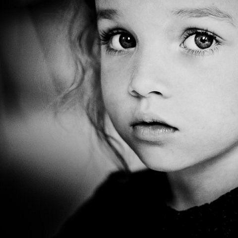 b807de4b1 El protagonismo de la mirada, el fondo desenfocado, el color oscuro de la  ropa que destaca más la cara de la niña.