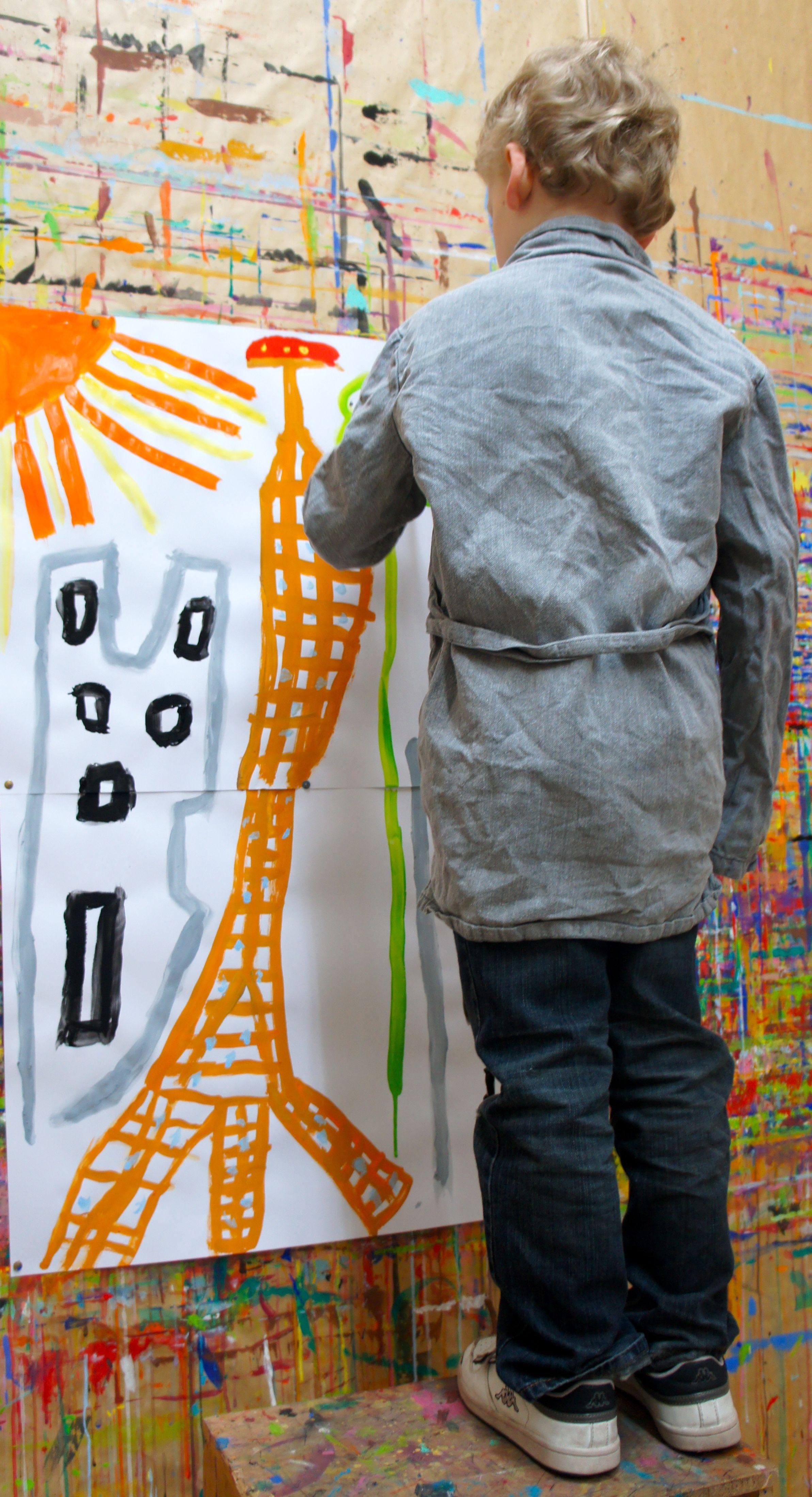 Peinture d'enfant. Les rayons réalisés avec un mélange de couleurs rouge/orange/jaune occupent l'angle du tableau.