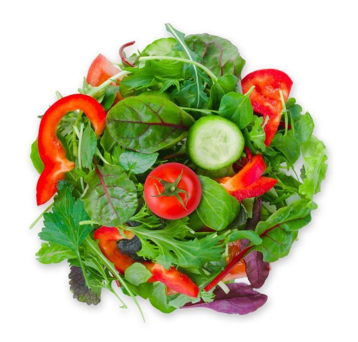 Cómo hacer una ensalada ligera. Si te gusta cuidar de tu línea, seguro que incluyes ensaladas en tu dieta pero debes saber que no todas las recetas de ensaladas son idóneas para mantener tu cuerpo. Existen una serie de ensaladas lig...