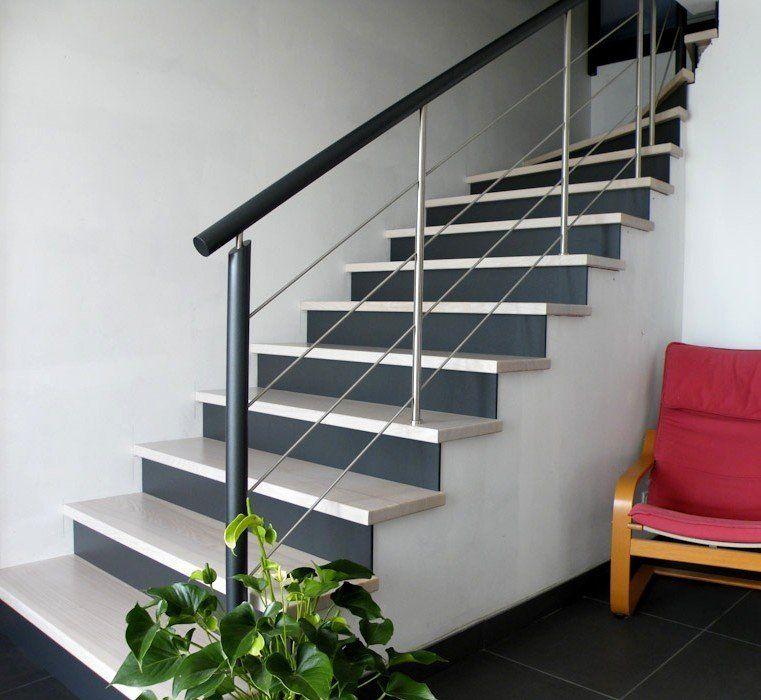 Garde-corps rampant sur escalier béton, inox et bois teinté ...