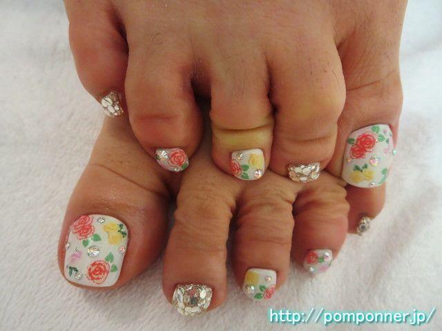 バラのアートが華やかなフットネイル Art Of The Rose Is Gorgeous Foot Gel Nail Color Fill With White And Put It On Random Roses Was Tered Stone