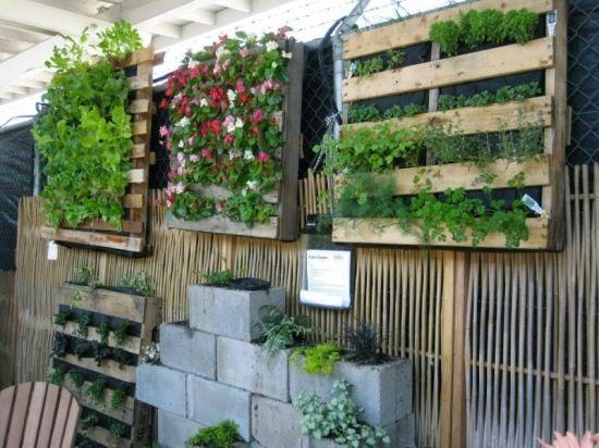 vertikale gärten holzpalette-projekt selberbauen | tuin, Gartenarbeit