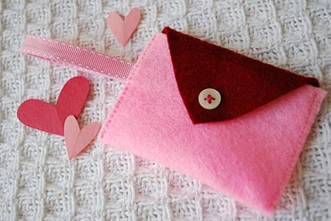 DIY felt Heart Pocket Bracelet and Mini-Purse for Kids | Free clever craft ideas, sewing patterns, templates and printables