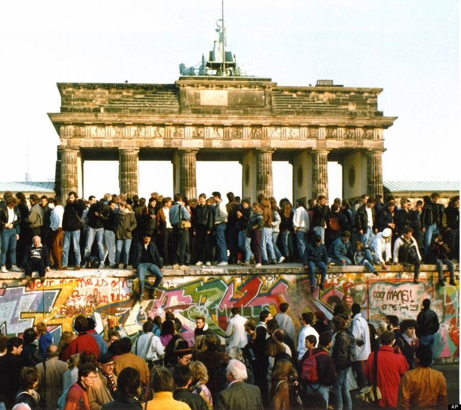 Vintage Everyday 30 Amazing Photos Of The Fall Of The Berlin Wall From 25 Years Ago Caida Del Muro De Berlin Muro De Berlin Fotos Historicas