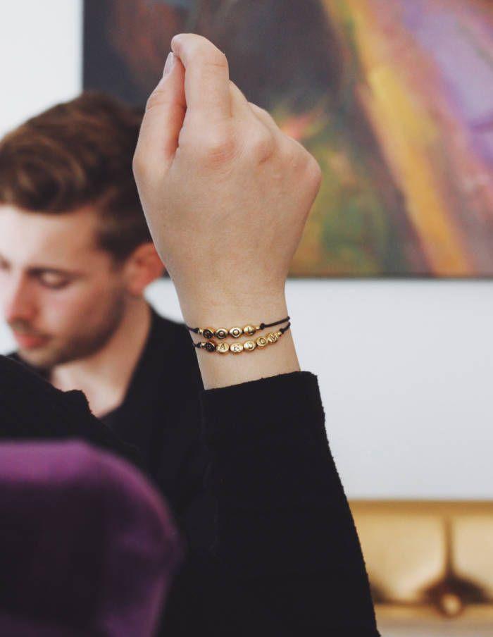Armband mit zwei Namen aus goldenen Buchstaben