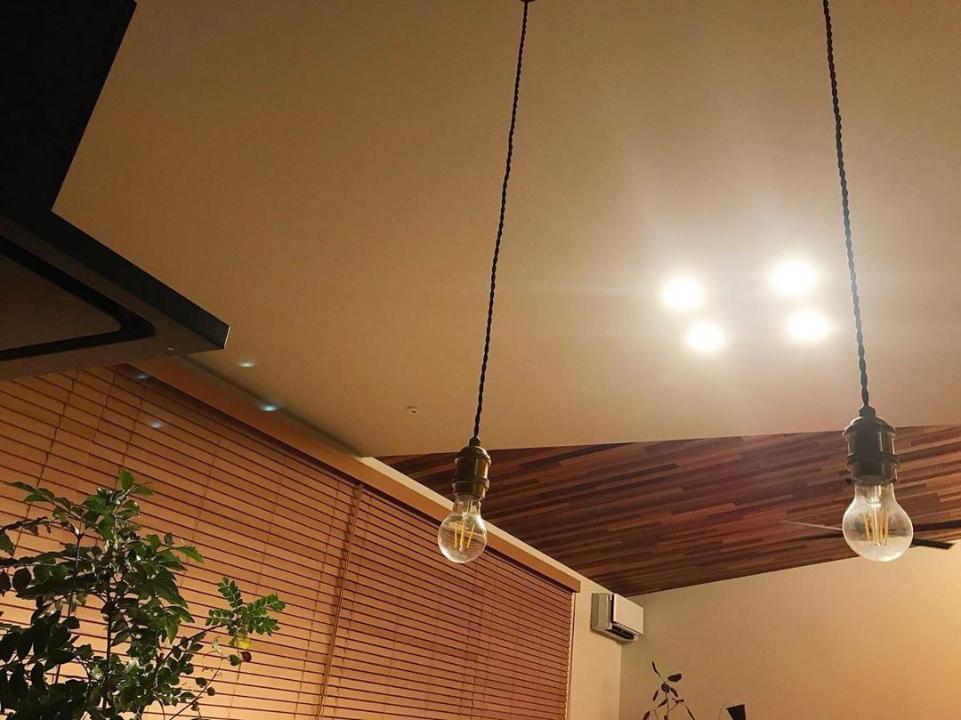 Makiはinstagramを利用しています もうすぐで連休 無計画 なにしよう 照明器具 照明 ダウンライト ペンダントライト 裸電球 マイホーム記録 マイホーム Ceiling Lights Lighting Track Lighting
