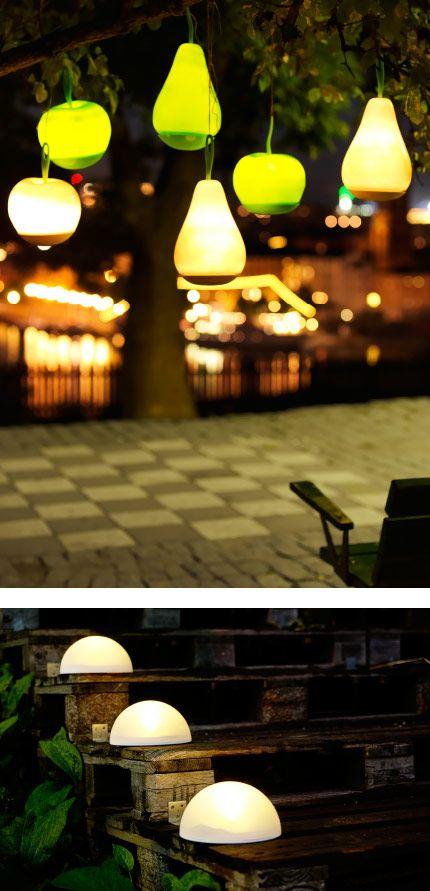 Jardin dans l\'obscurité avec lampes LED à énergie solaire en forme ...