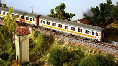 """Regional RENFE. Escala H0.  Locomotora diesel 319.228 a la cabeza de un par de coches serie 5000 con librea """"Regionales""""."""