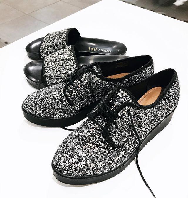 Mais #espiãdefastfashion porque sim! Os sapatos com glitter estão super em alta. Amei esse Oxford (159) e a slide (119), ambos da Renner ❤️❤️❤️