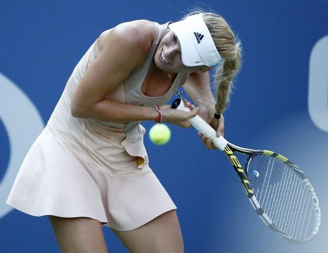 Australijka Samantha Stosur wyeliminowała w II rundzie China Open Caroline Wozniacki. Dunka nie powtórzy sukcesu z 2010 roku, kiedy to triumfowała na kortach w Pekinie.  http://sport.tvn24.pl/tenis,115/koniec-dobrej-passy-wozniacki-dunka-pozegnala-sie-juz-z-pekinem,473603.html