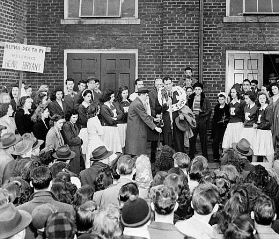 Students At The University Of Kentucky Welcome Paul Bear Bryant The New Football Coach On His Arrival At The Paul Bear Bryant Kentucky Football Bear Bryant