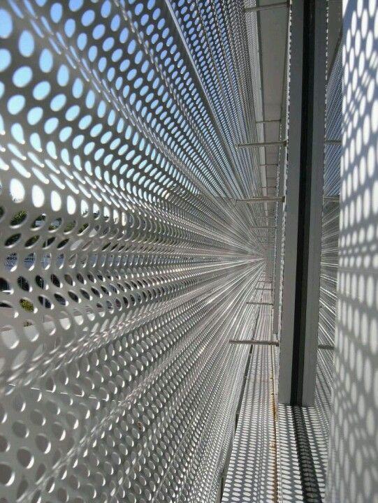 Metal Screen Material : Undulating perforated metal screen pieles arquitectura