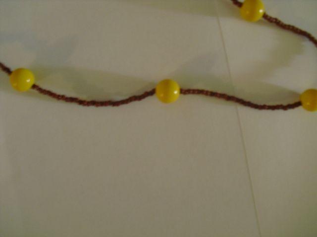 colar em tom de castanho com bolas amarelas