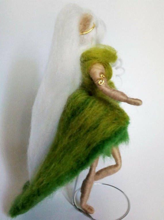 Una hermosa Ninfa, un Hada del Bosque recién salida del bosque, aún ...