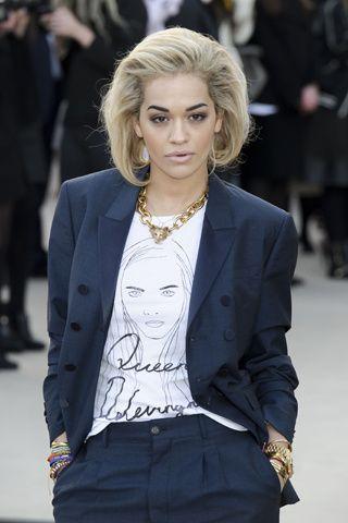 La vuelta a las fashion weeks en imágenes de Cara Delevingne. Amiga y fan, Rita Ora ya tiene una camiseta de Queen Delevingne.