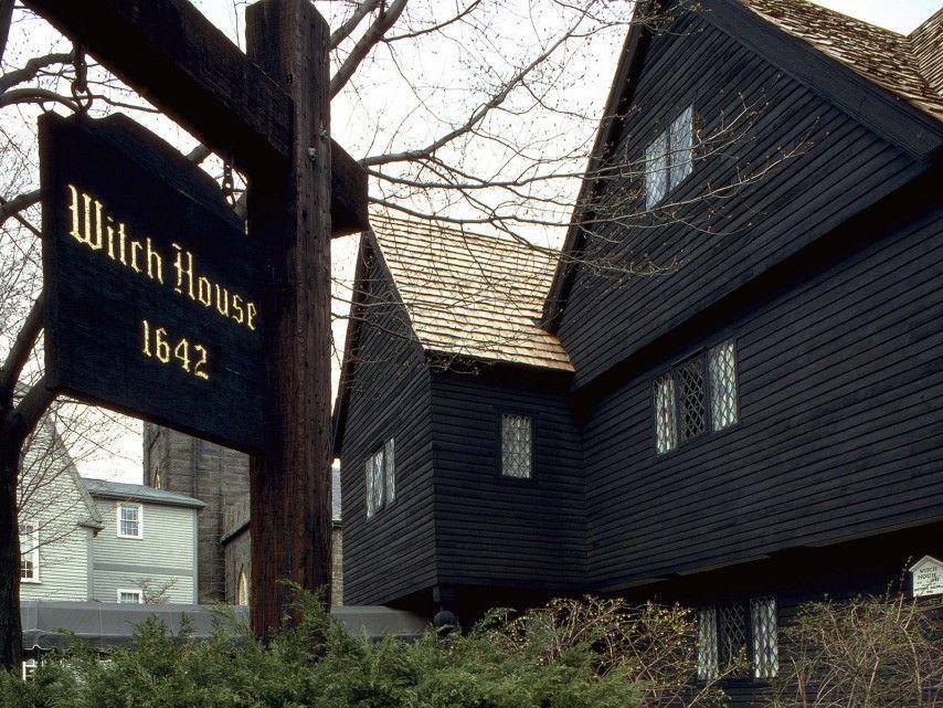 Salem en Massachusets, EEUU   Todavía quedan lugares que recuerdan la historia de las brujas que vivieron en esta zona, donde murieron quemadas en la hoguera en 1692. Actualmente se pueden visitar los rincones y casas que mantienen viva su memoria.