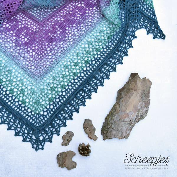 Photo of Der Grinda-Schal ist ein gehäkelter dreieckiger Schal, der mit Scheejes Whirl …