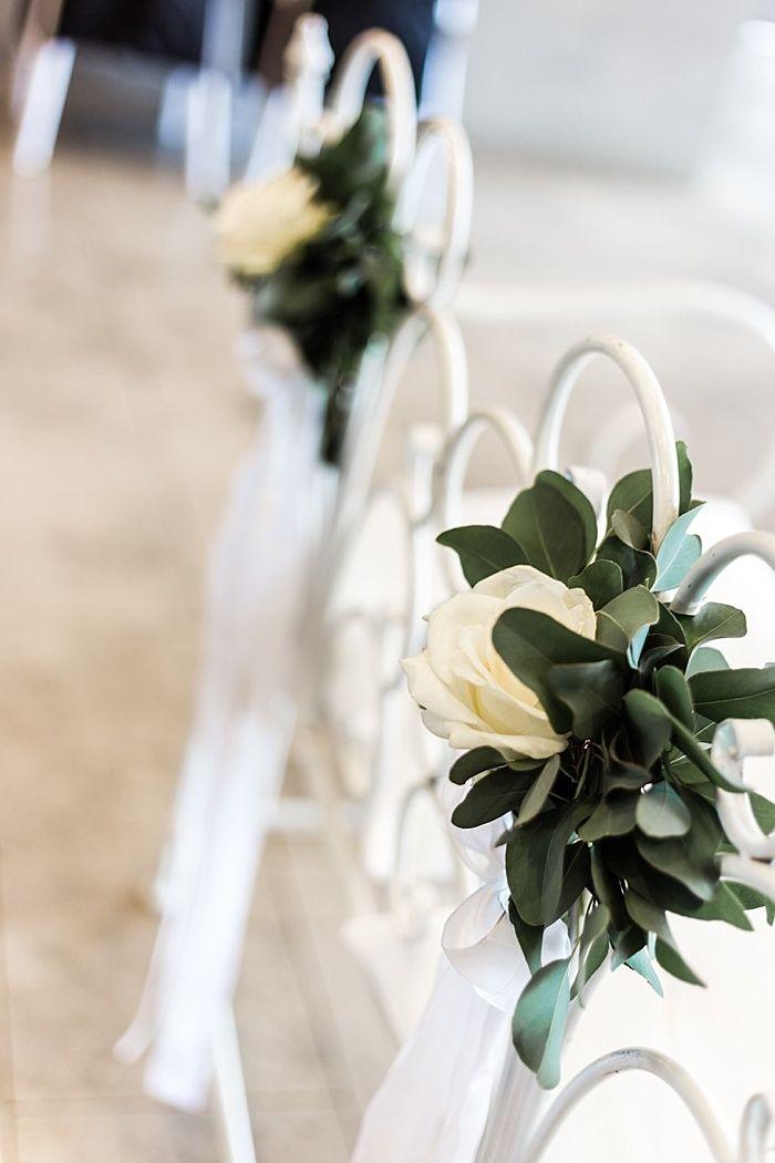 Blumendeko Fur Die Traustuhle Bzw Die Traubank Mit Weissen Rosen Und