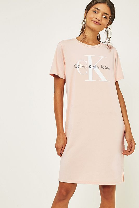 Calvin Klein - T-Shirt-Kleid in Rosa mit Logo | Pinterest | Das knie ...