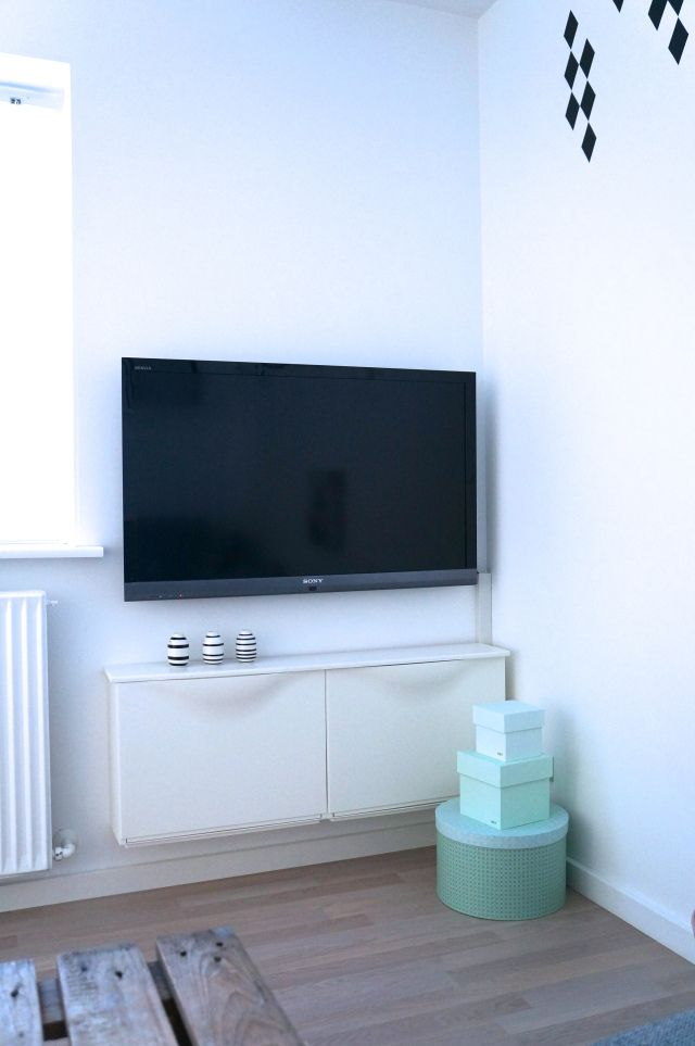 Tv-bord som intet fylder | Small living, Tv stands and Living rooms